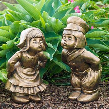 Bronze Kissing Dutch Couple