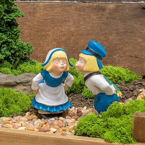 Mini Kissing Dutch Couple Statues