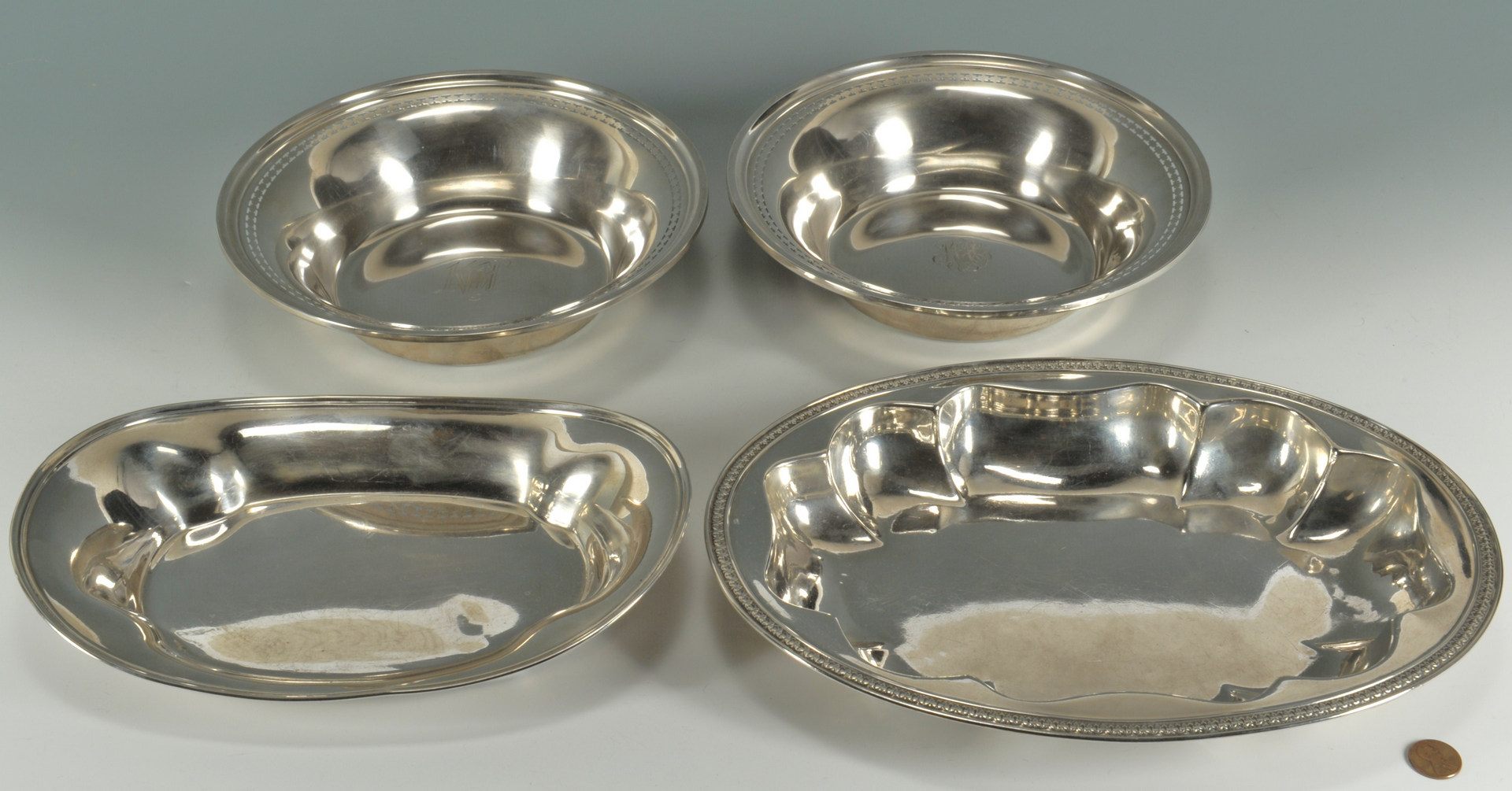 Lot 238: 4 pcs Sterling hollowware: bowls and bread trays