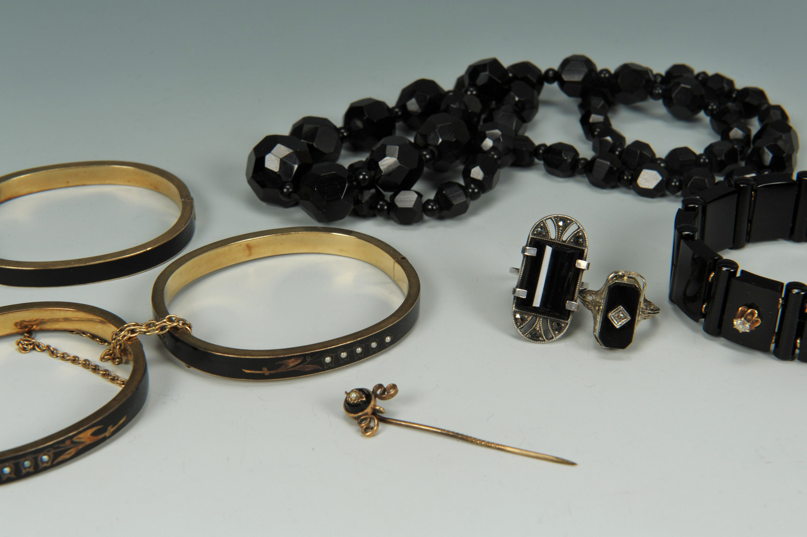 Lot 613: Black and Mourning jewelry, inc. 14K flip ring
