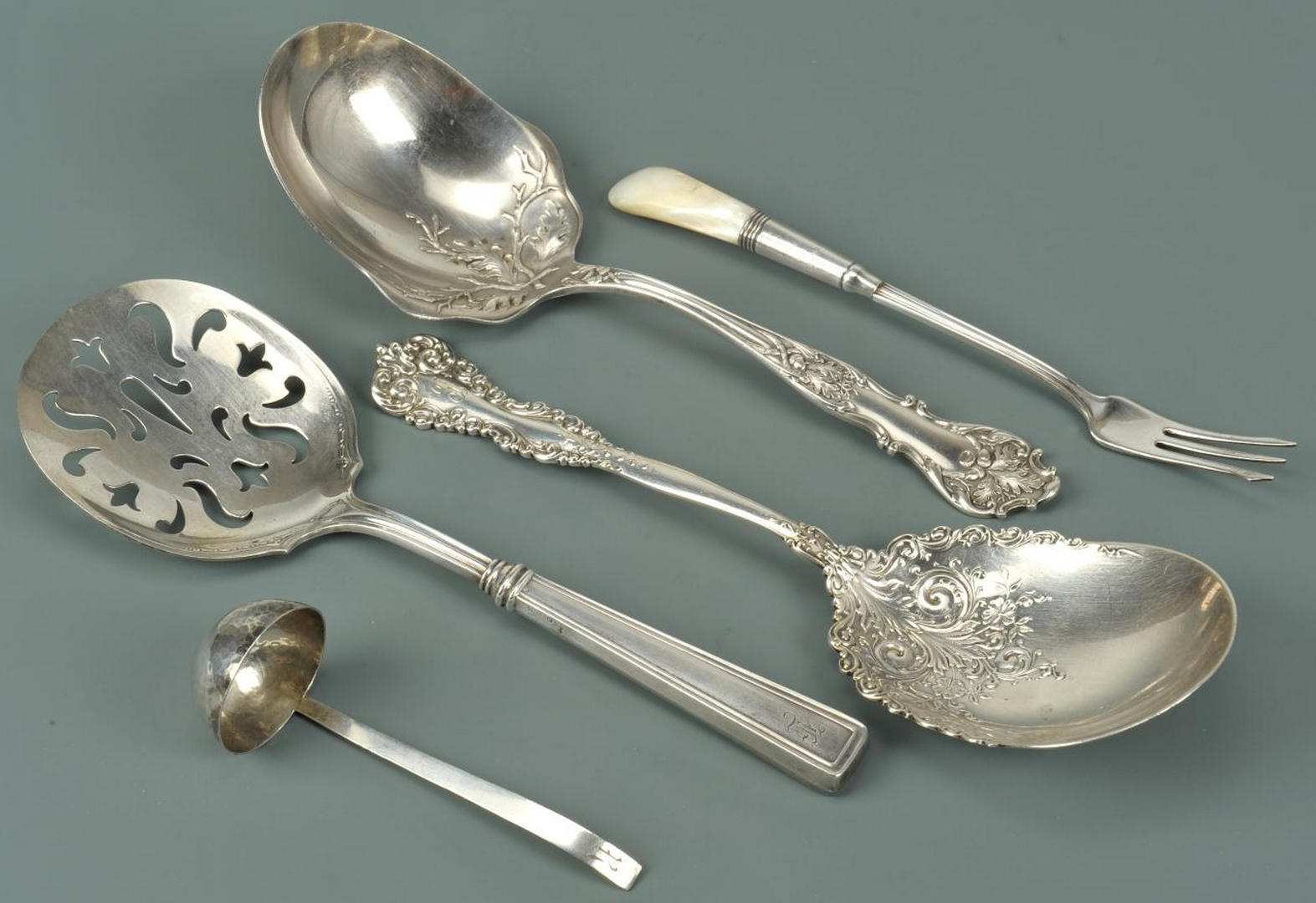 Lot 634: Silver and silverplated flatware, 5 pcs