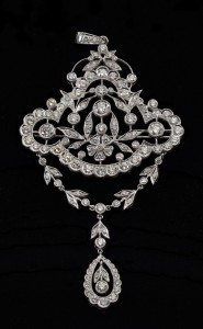 Lot 112: 18KT white gold brooch/pendant, 120 diamonds