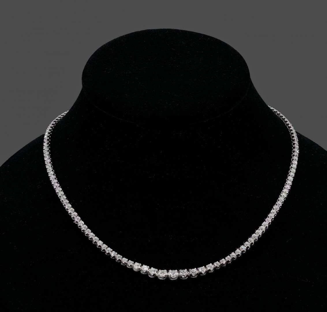 Lot 113: 18KT white gold and diamond necklace, 134 diamonds