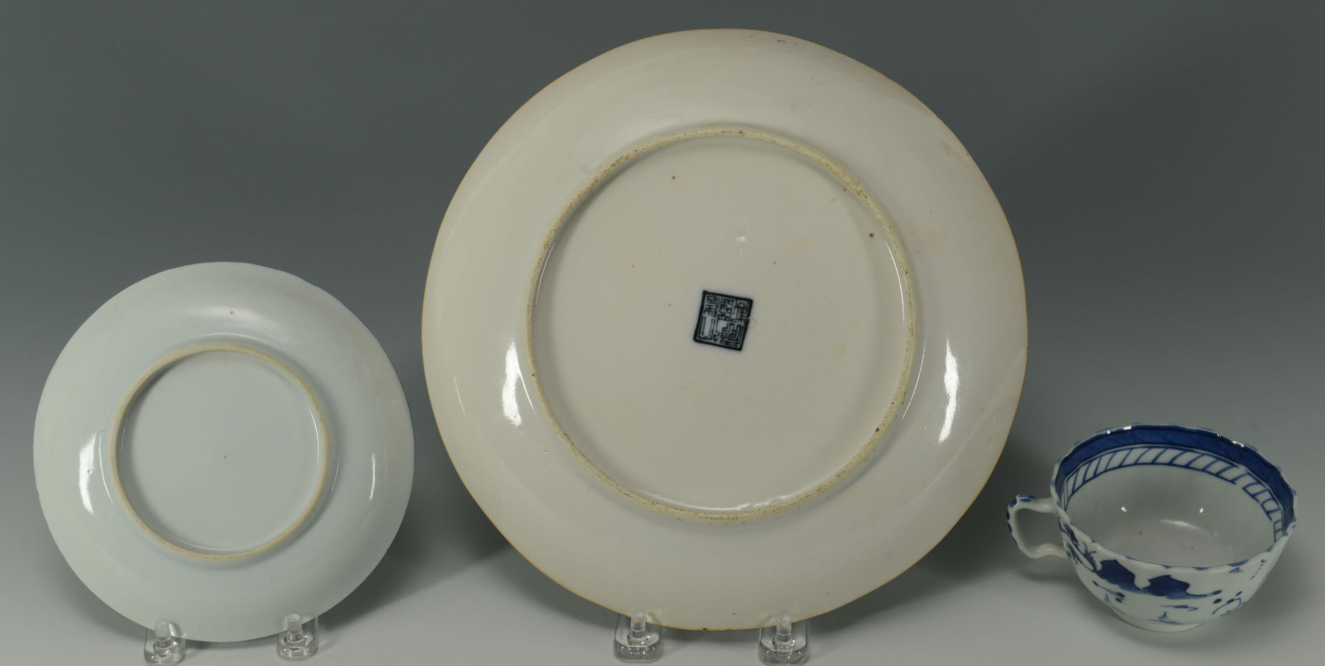Lot 242: Grouping of 3 Chinese Porcelain Items