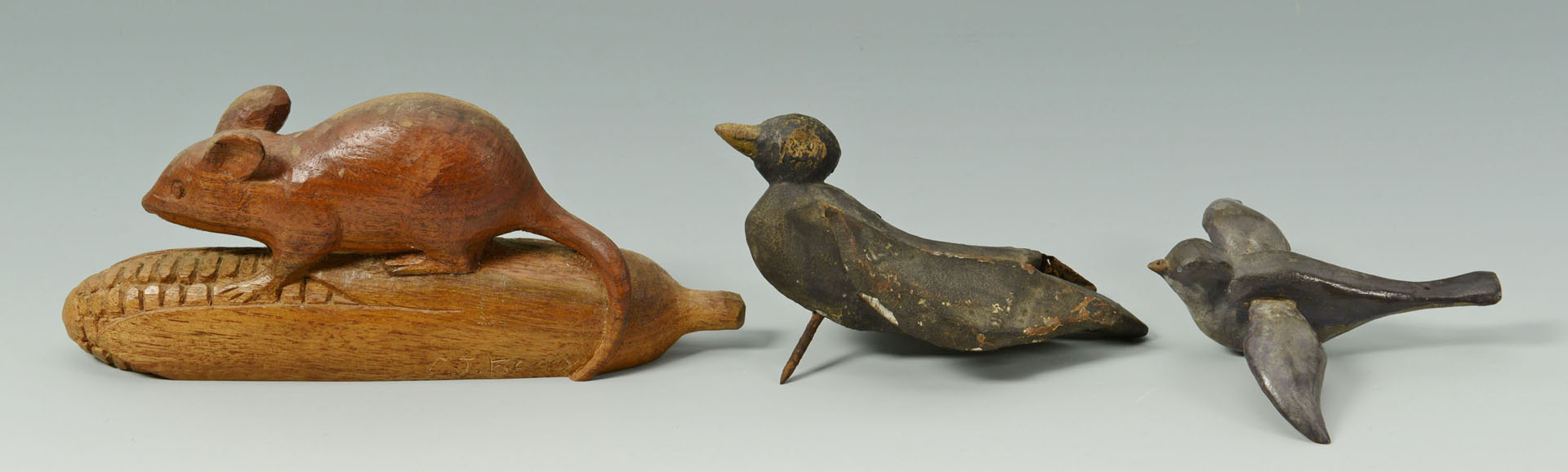 Lot 326: 8 Folk Art Carvings includ. mouse, birds, hands