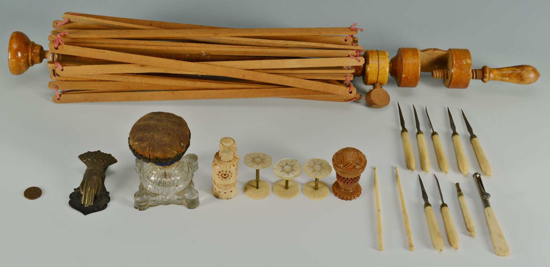 Lot 646: Grouping of Sewing Items includ. yarn winder