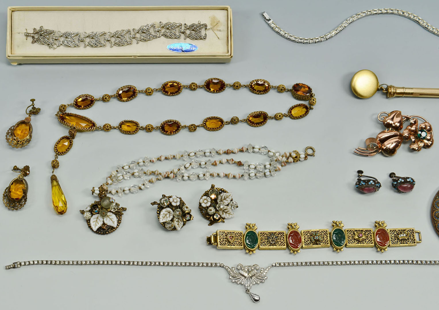 Lot 2872318: Large group costume jewelry, 18 items