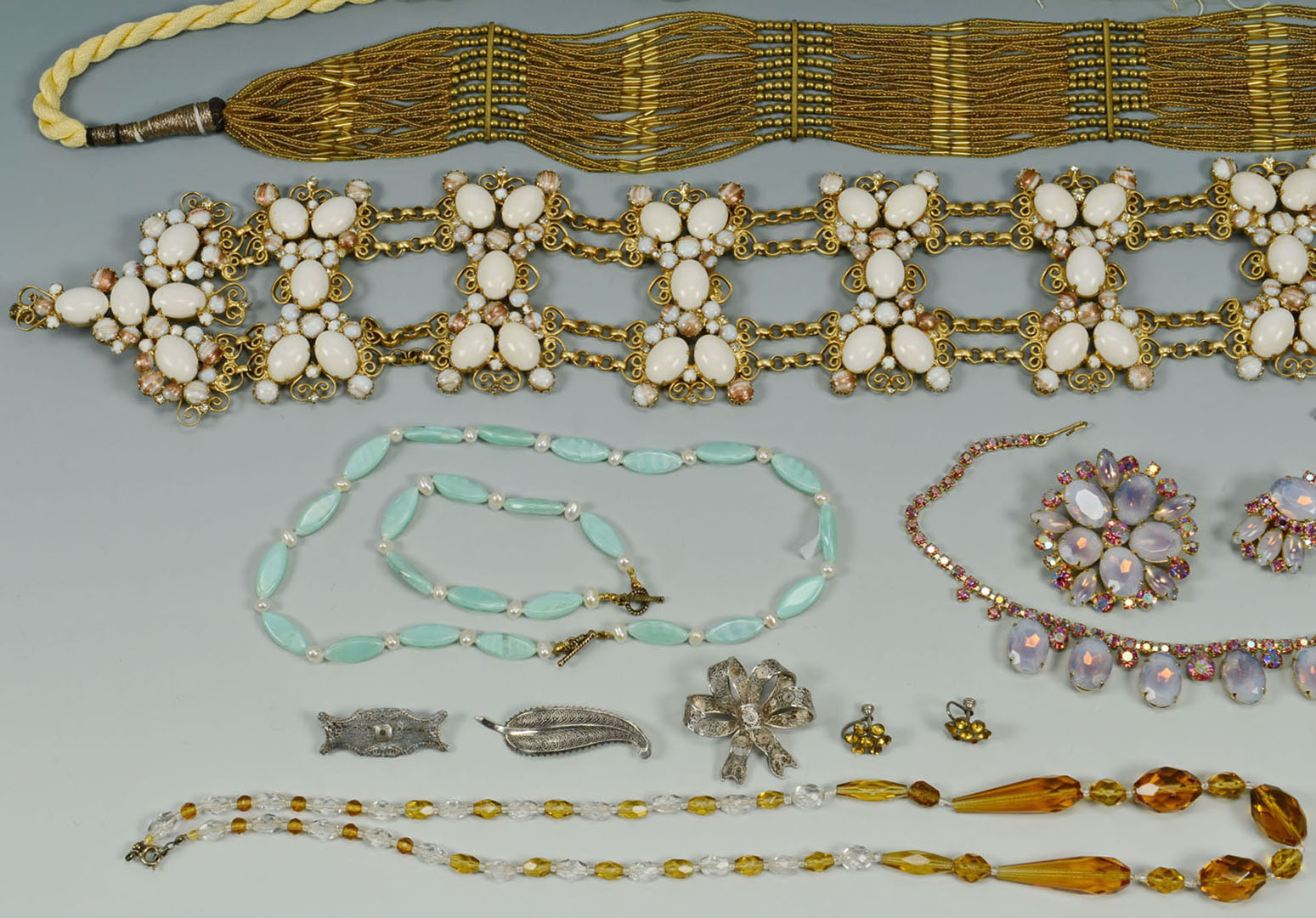 Lot 2872319: Large group of costume jewelry incl. bubble styles
