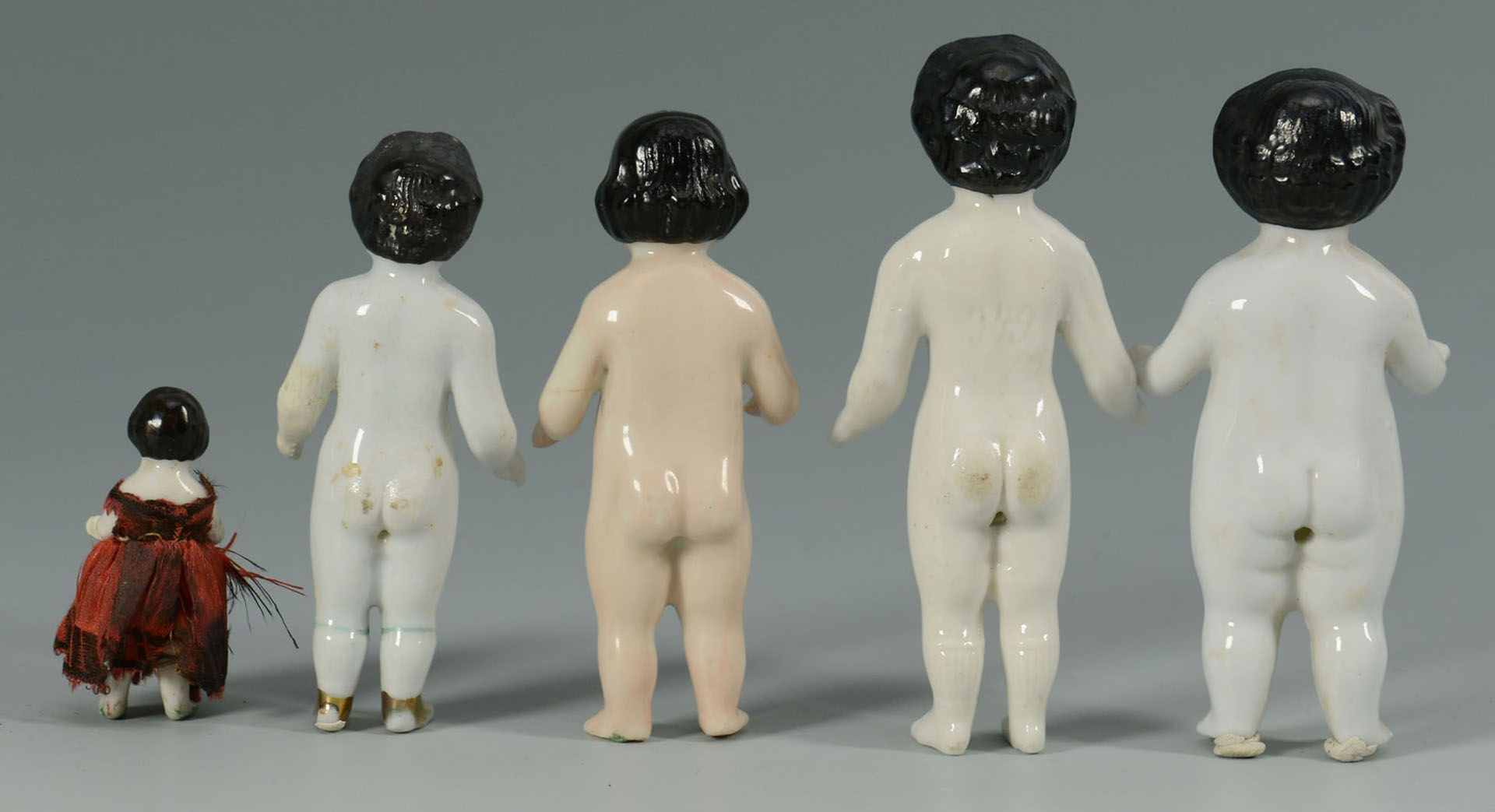 Lot 2872361: Grouping of Frozen Charlotte Figures