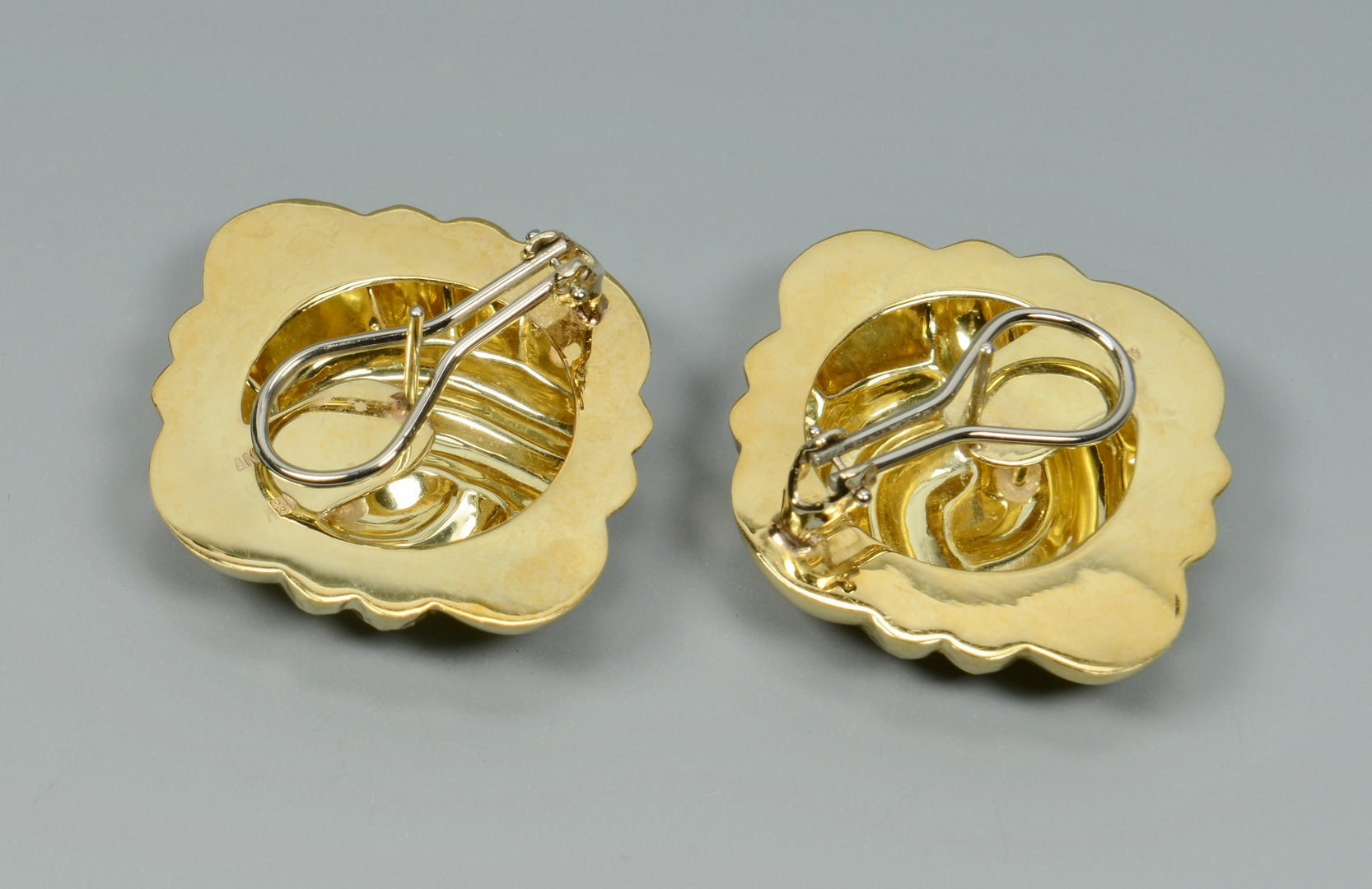 Lot 3088218: Pair 18k Earrings