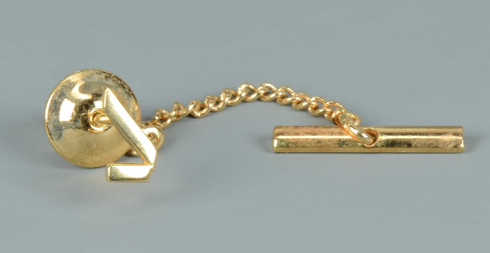 Lot 3088229: Gents gold ring, tie clip and frat pin