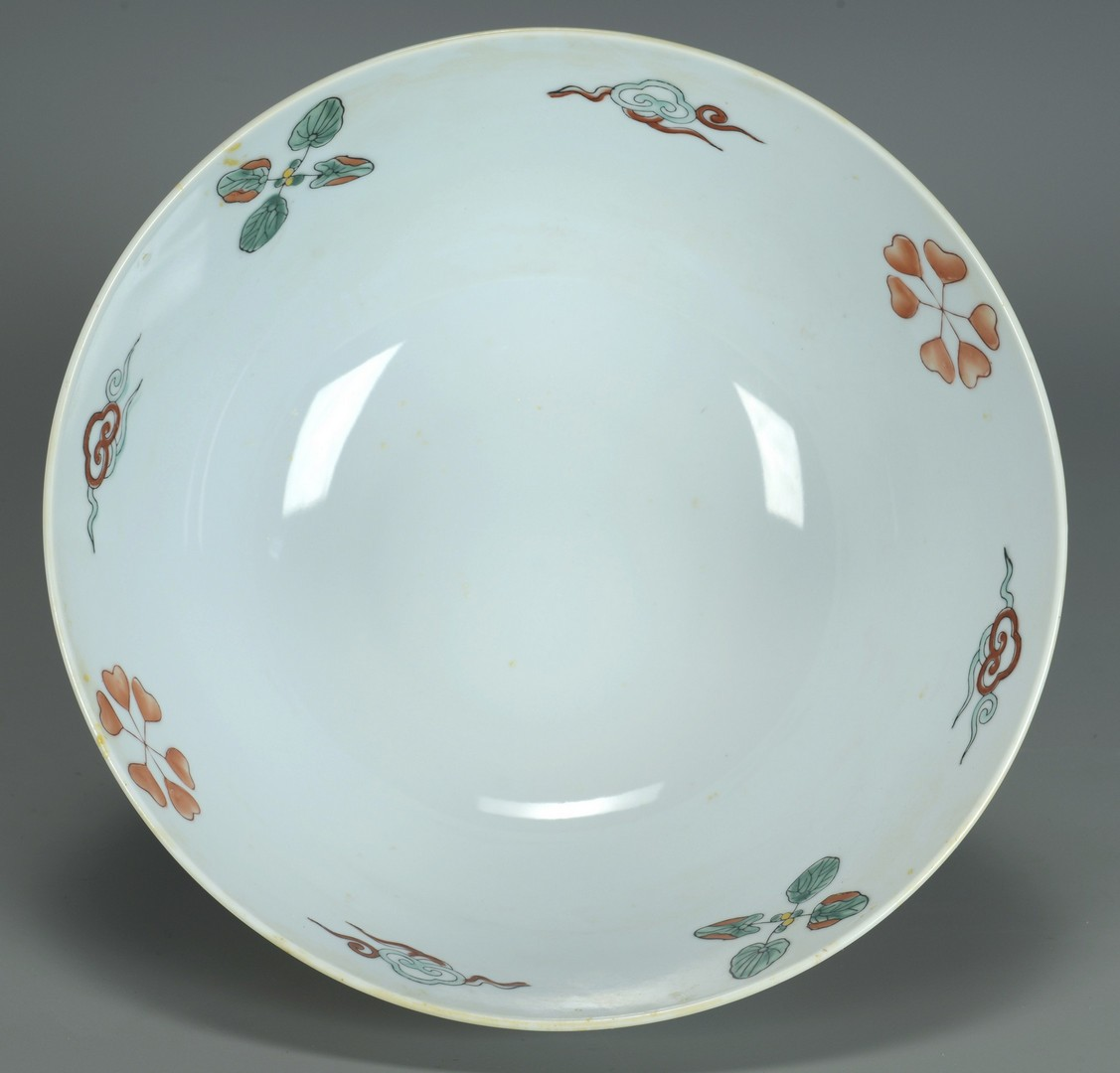 Lot 3383228: Chinese fish bowl and blue/white jardiniere with s