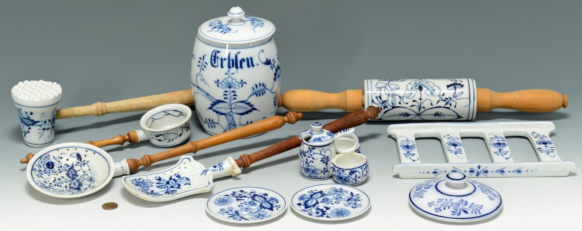 Lot 3383263: 11 Blue Onion Kitchen Items