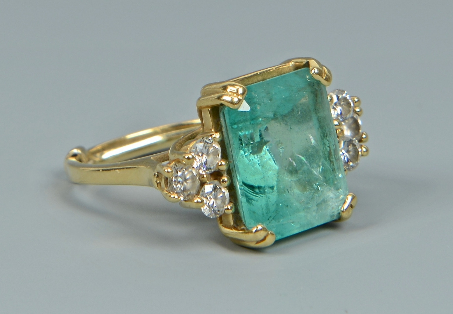 lot 265 18k emerald ring