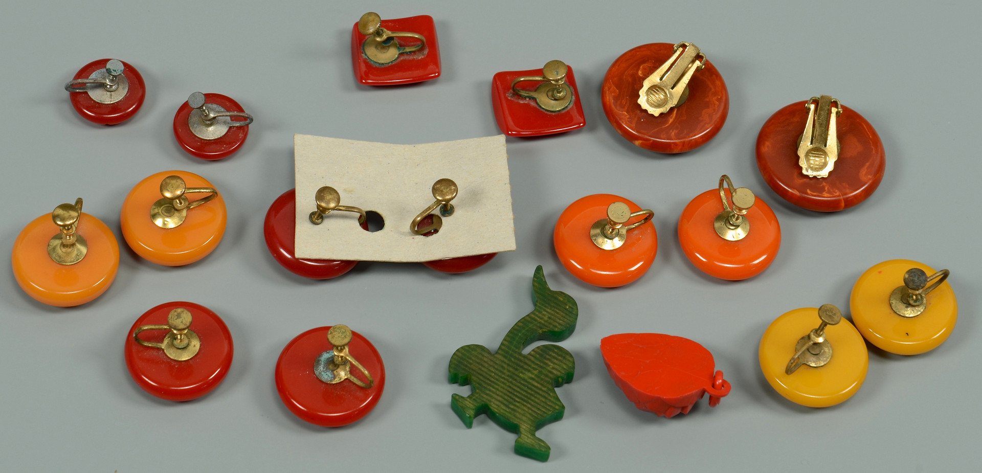 Lot 821: Large Group Bakelite Jewelry, 42 items
