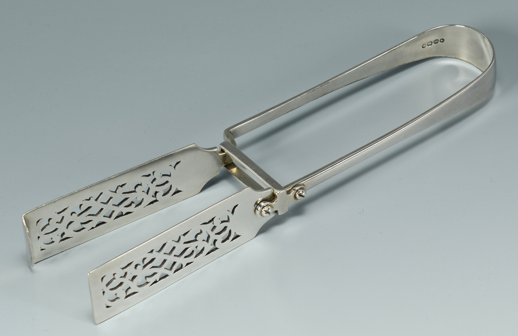 Lot 916: Silver hollowware and tongs, 6 pcs