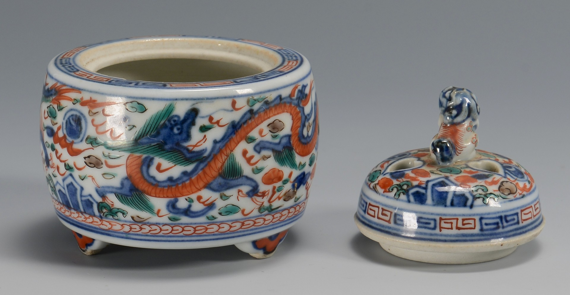 Lot 27: Chinese porcelain bowl and censer