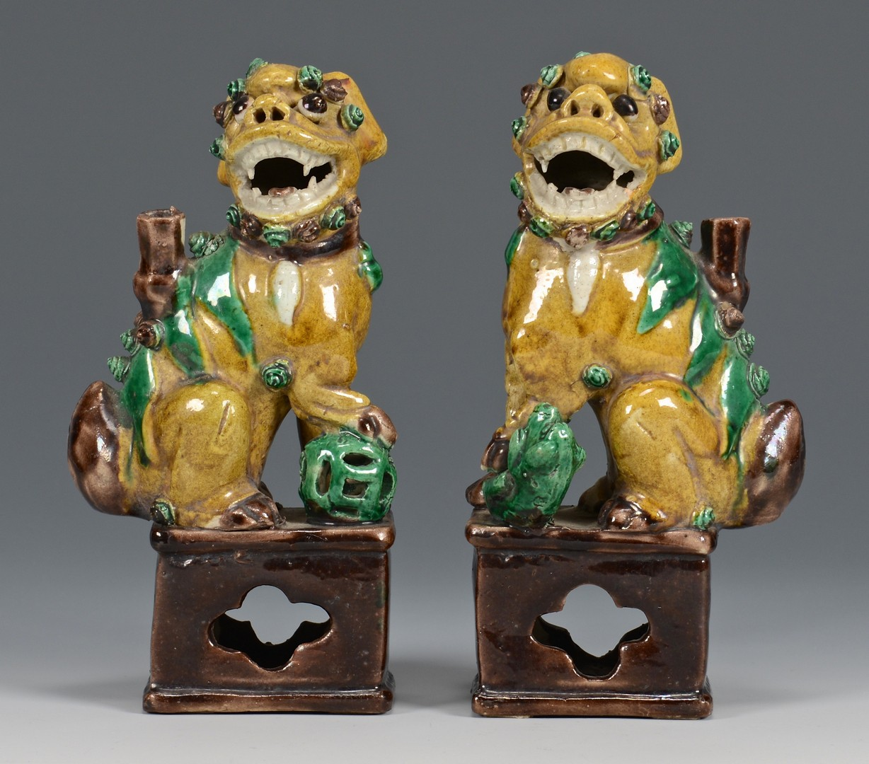 Lot 3832385: Chinese Jar and Foo Dogs