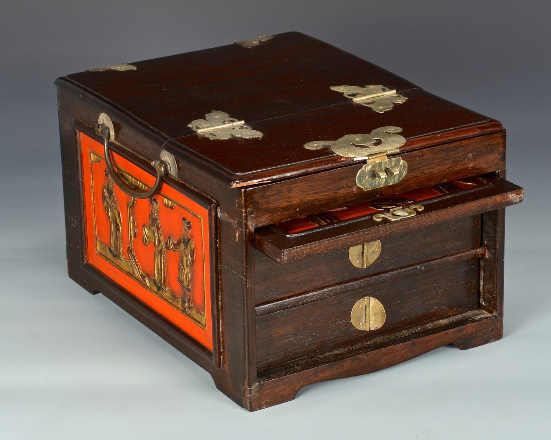 Lot 4010194: Chinese Dressing Box