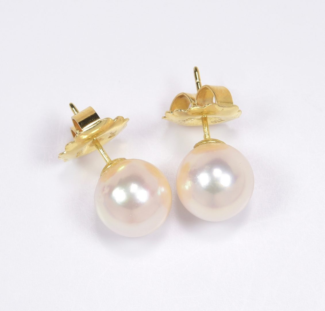 Lot 405: 9.5 x 10mm Pearl Necklace and Earrings