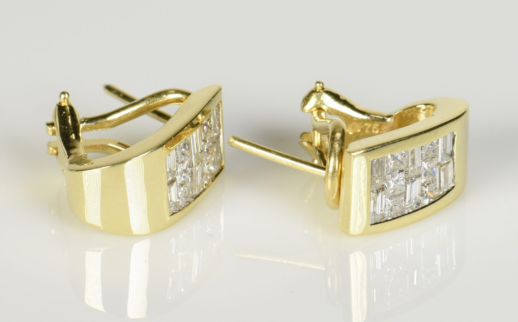 Lot 780: 18K Diamond Fashion Earrings