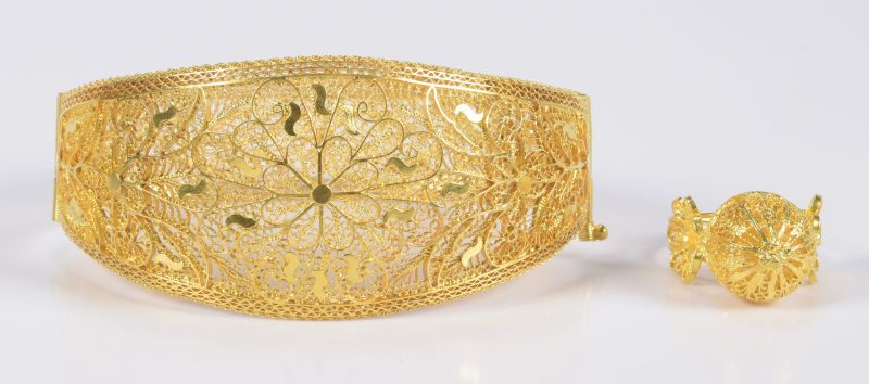 Lot 783: 18K Gold Filigree Bracelet and Ring Set