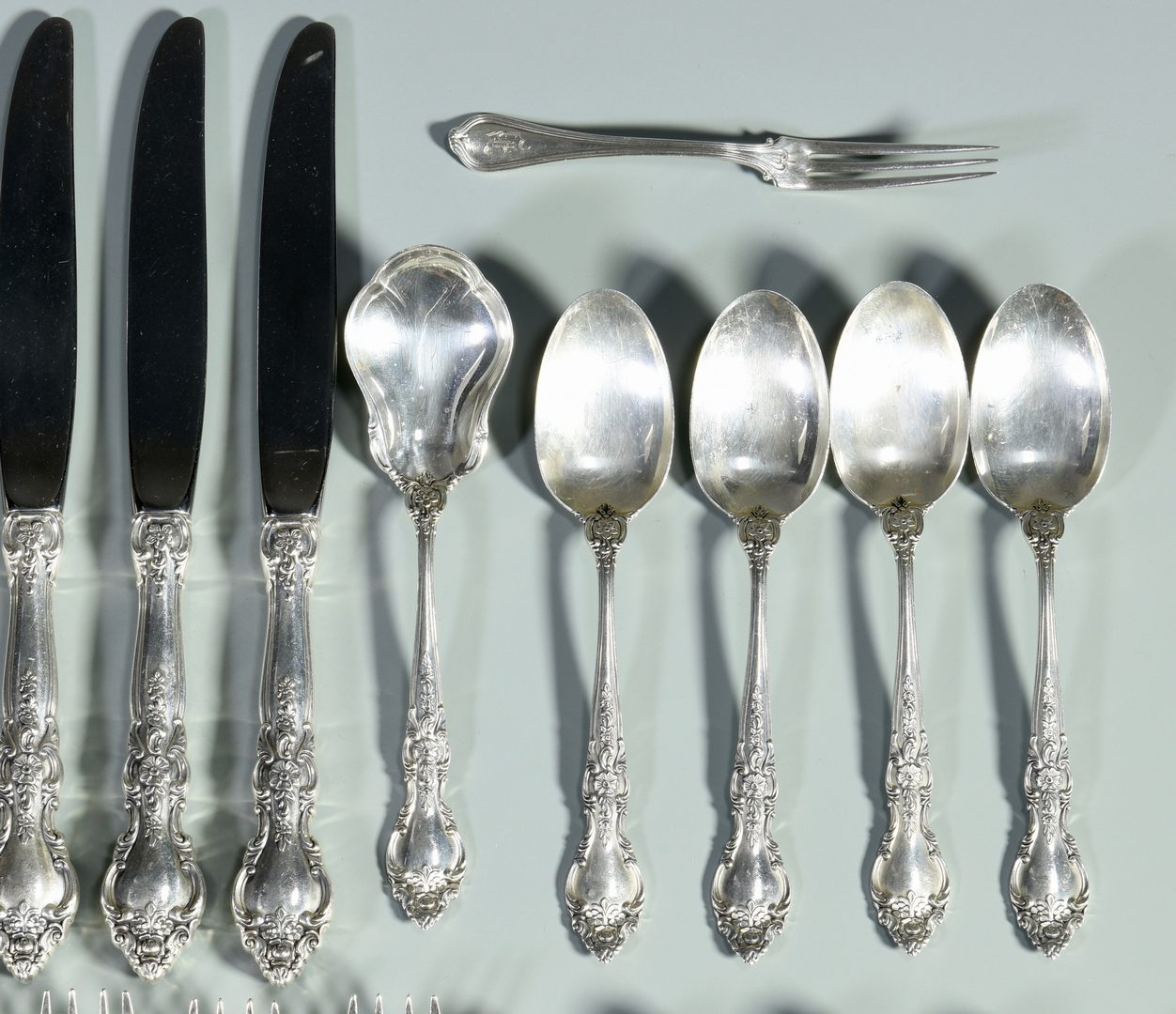 Lot 990: Lunt Belvedere Sterling Flatware, 33 pieces