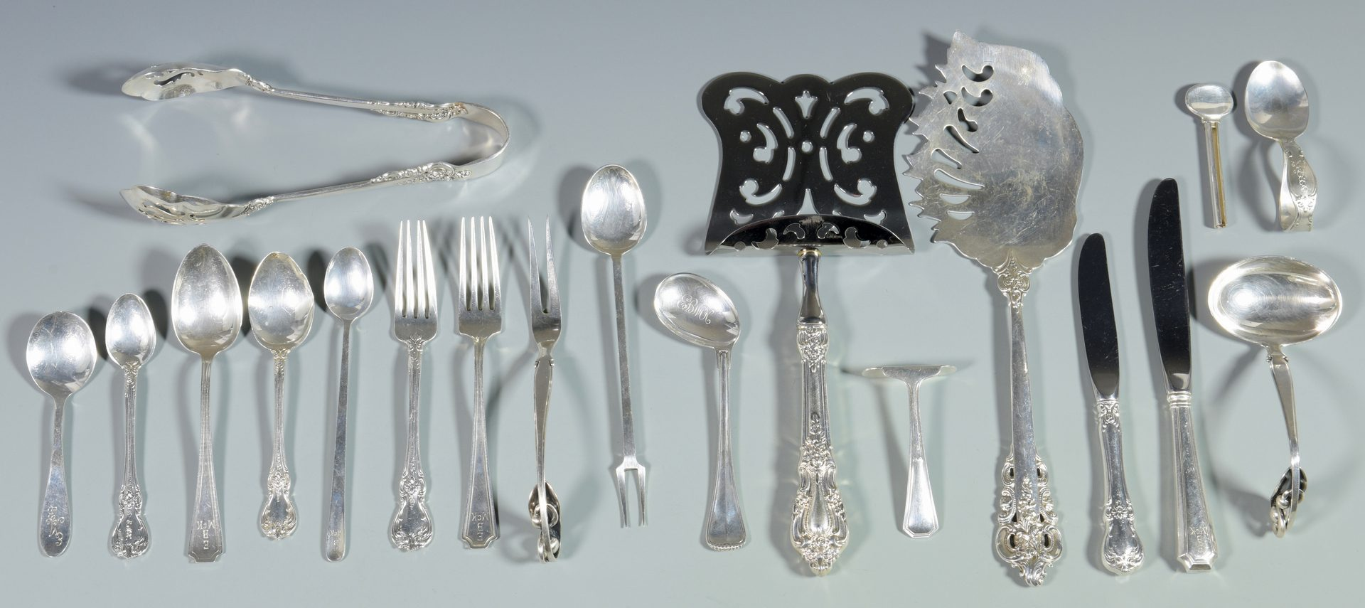 Lot 993: 19 pcs. flatware inc. serving pieces