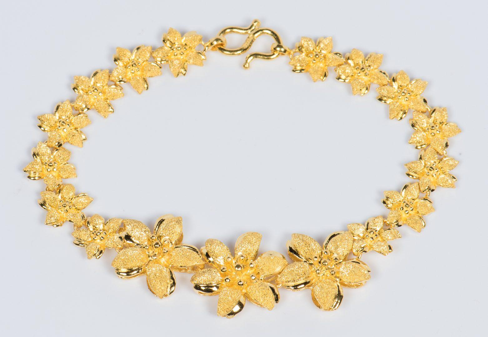 Lot 323: 24K Flower Link Bracelet
