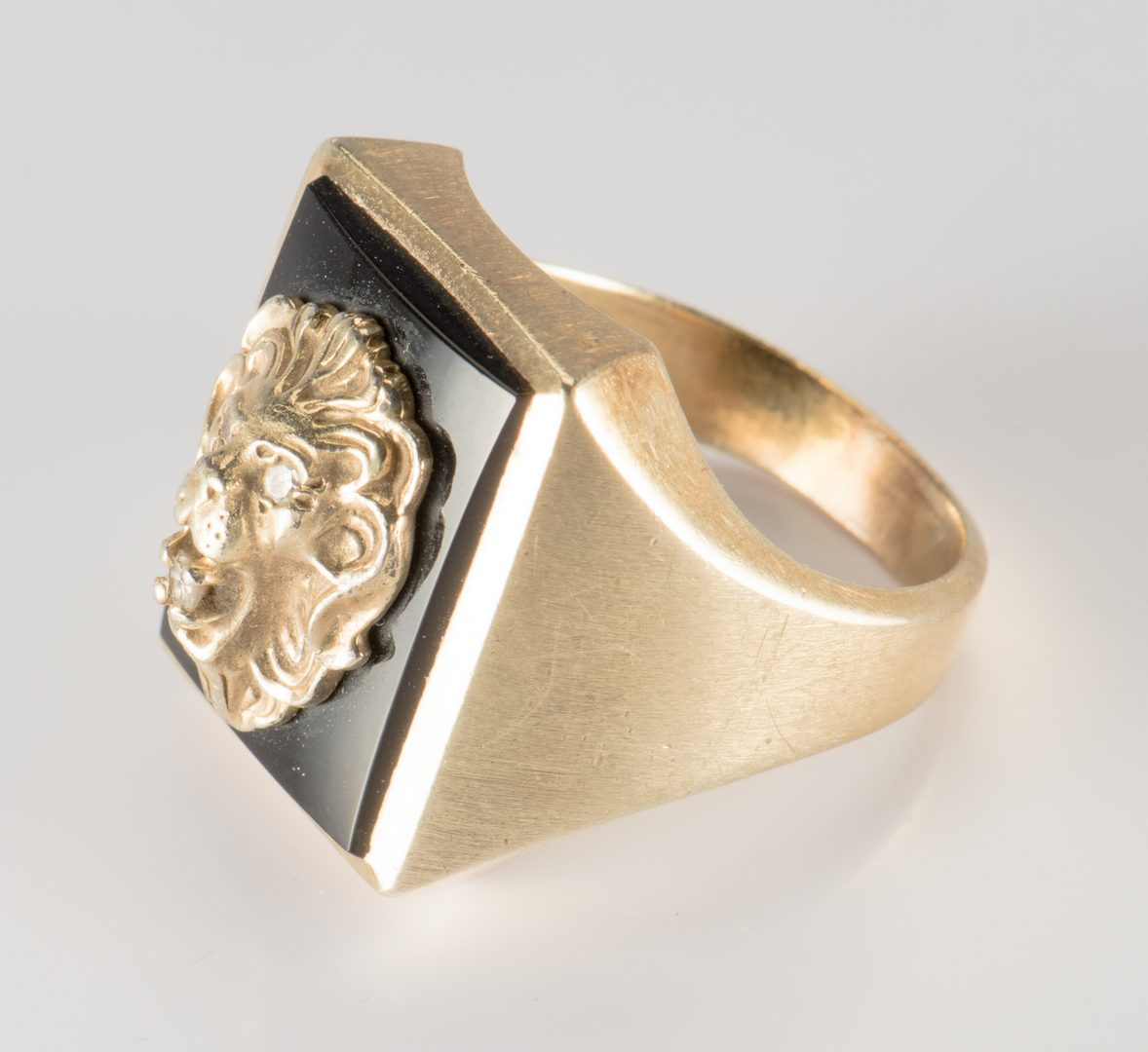 Lot 712: 14K Lion Ring