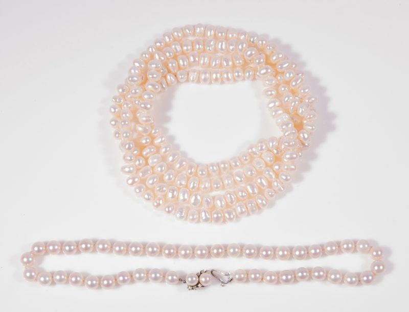 Lot 34: 2 strands pearls