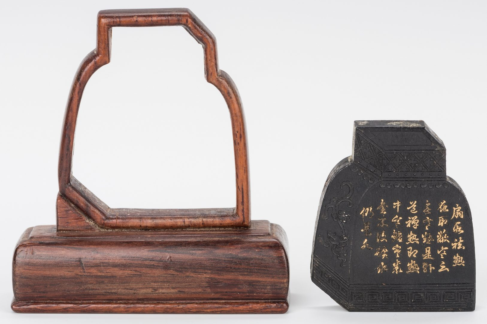 Lot 32: Chop, snuff bottle, bronze vase and ink stone – 4 items