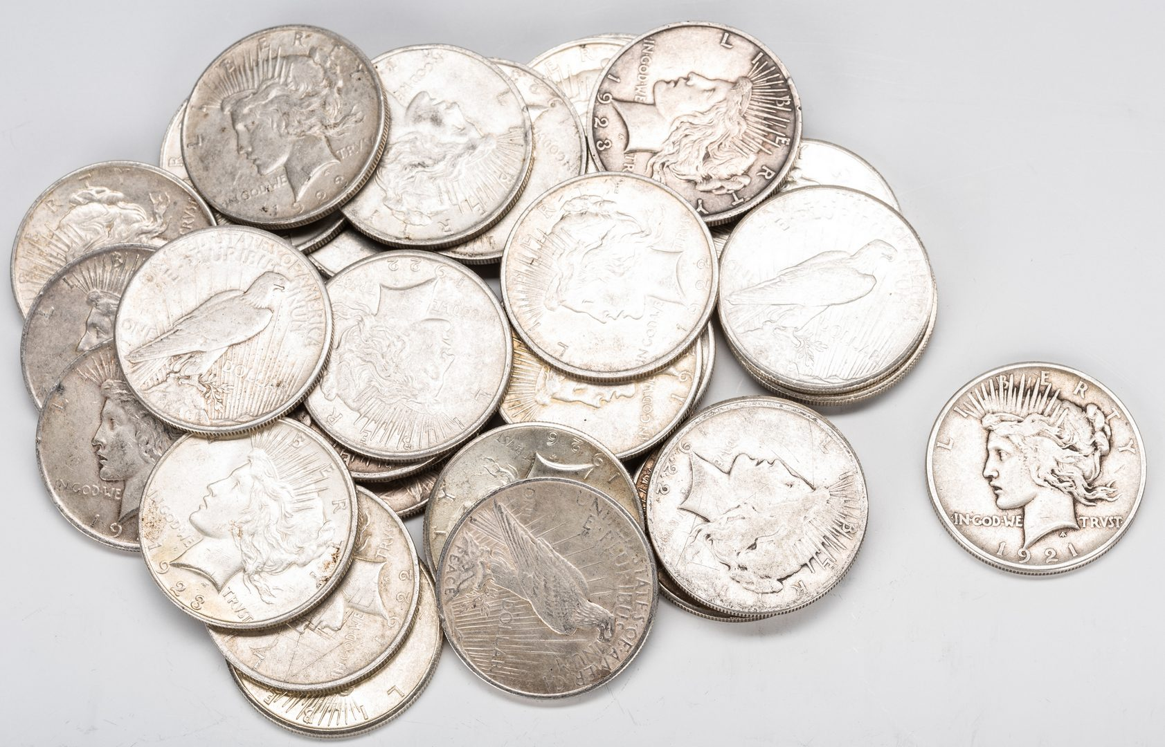 Lot 890: 32 U.S. Peace Silver Dollars, inc. 1921