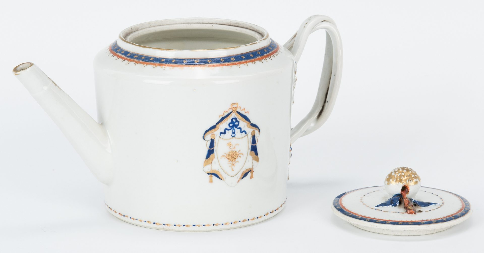 Lot 253: 12 pcs. Armorial Chinese Export Porcelain