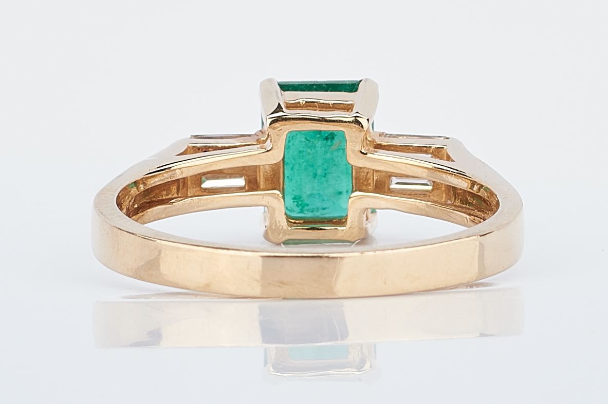 Lot 930: Ladies Emerald & Diamond Ring