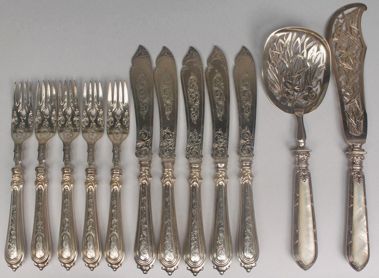 Lot 466: 14 assd. silver inc. Dutch and French fish slices