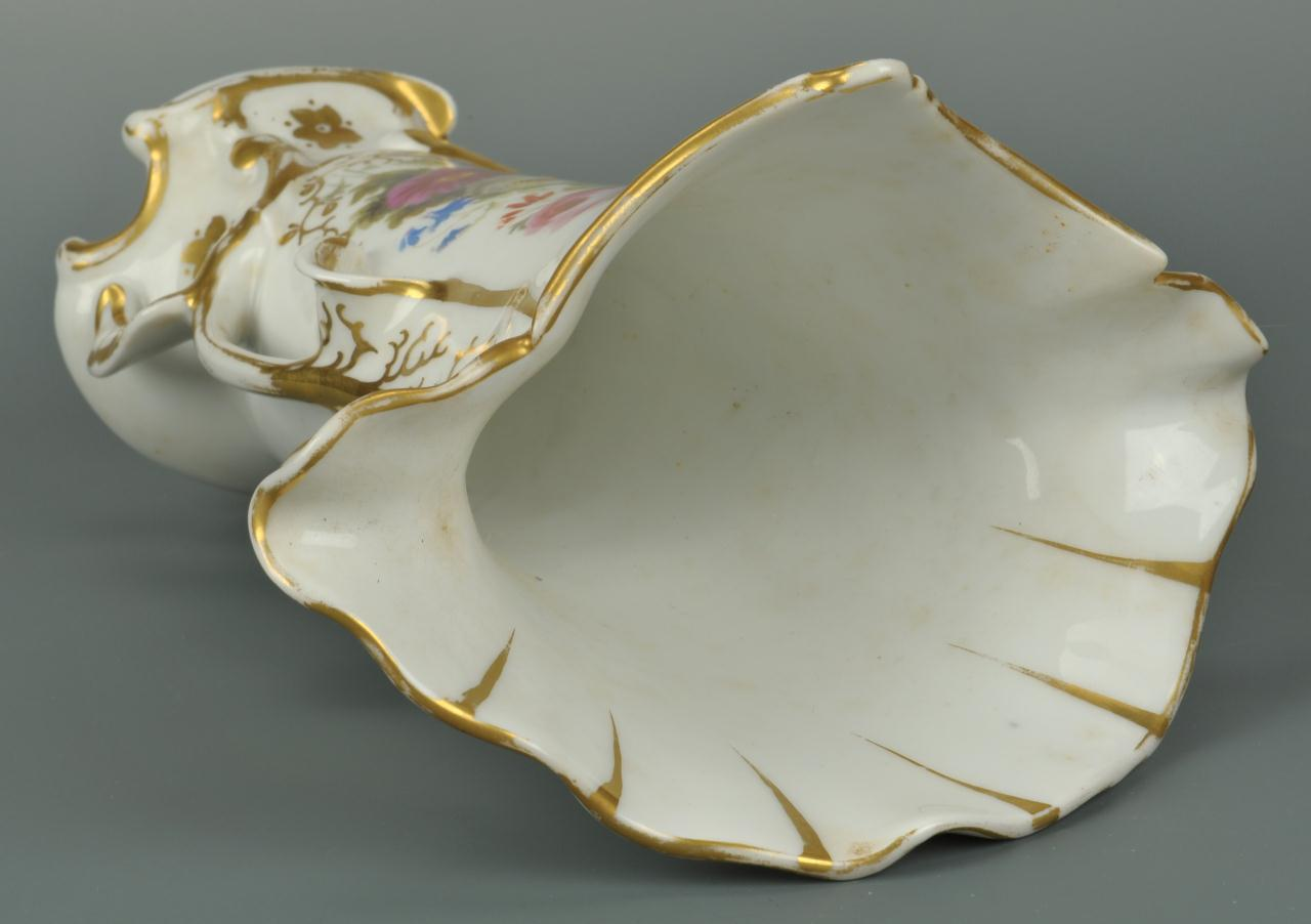 Lot 556: Old Paris Vase and Indian Stone pattern center bow
