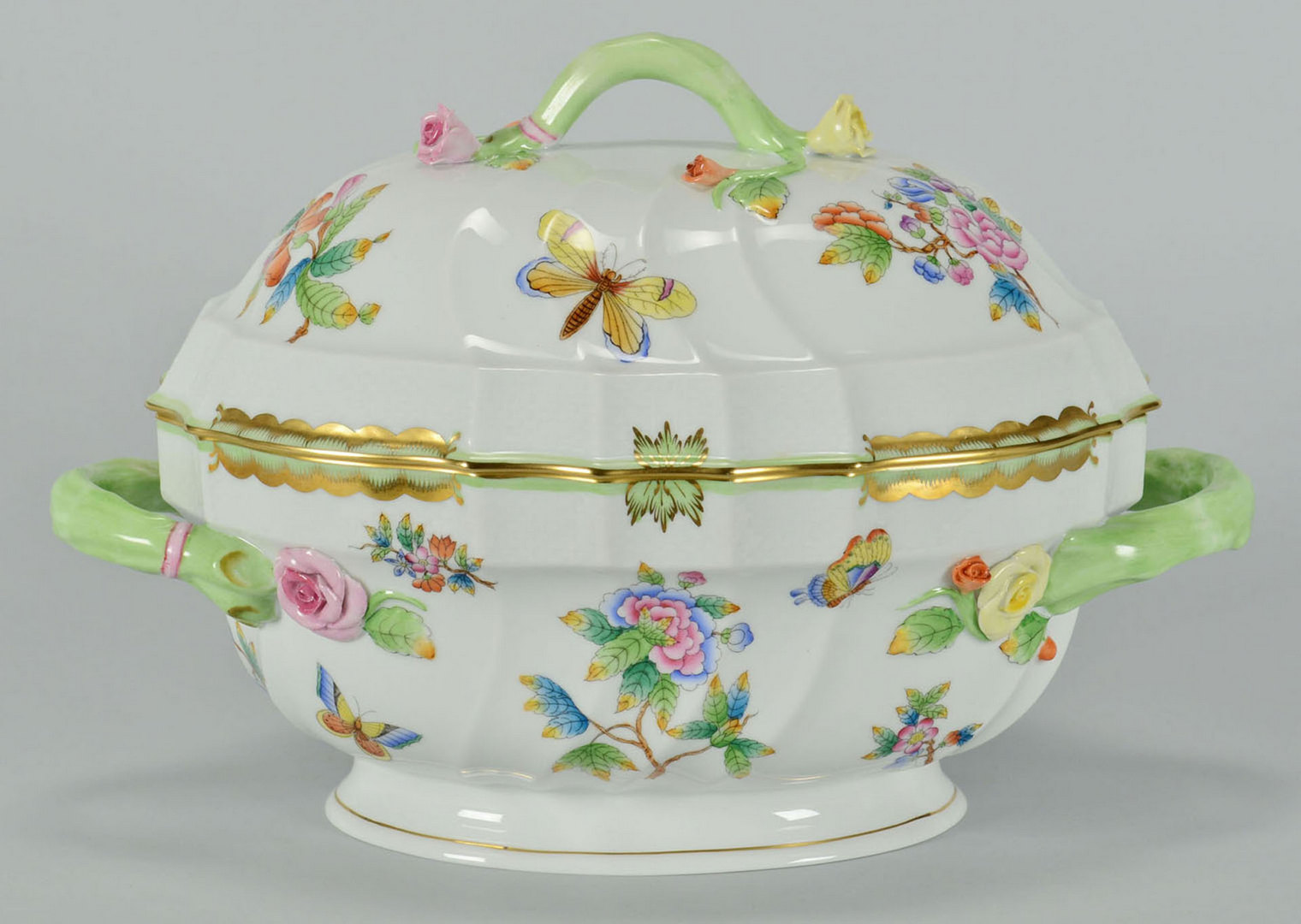 Lot 106: 8 Herend Queen Victoria Porcelain Service Items