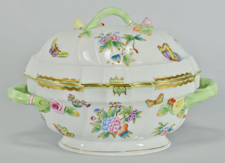Lot 106: 8 Herend Queen Victoria Porcelain Service Items