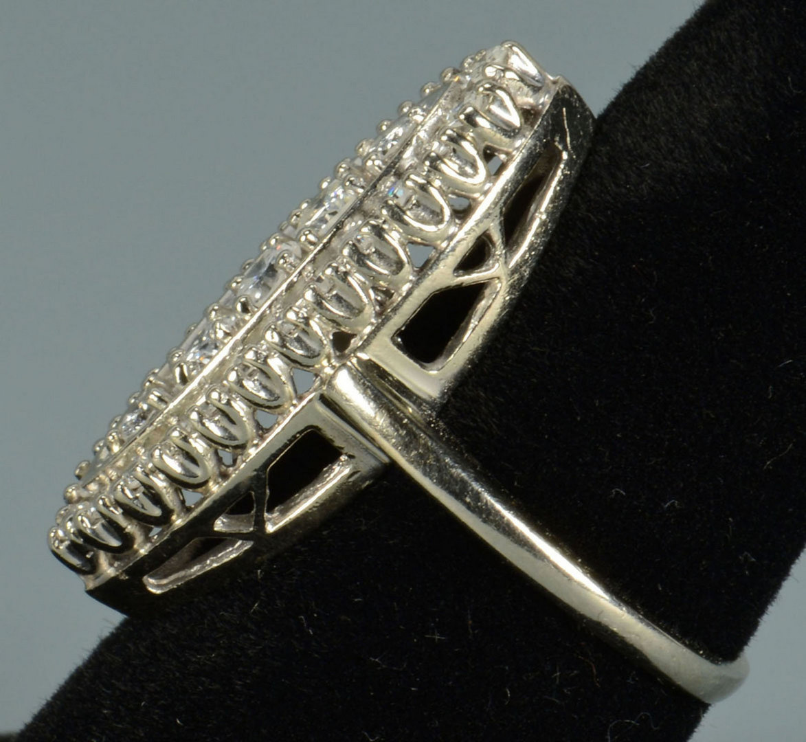 Lot 284: 14k Vintage-style Diamond Cluster Ring