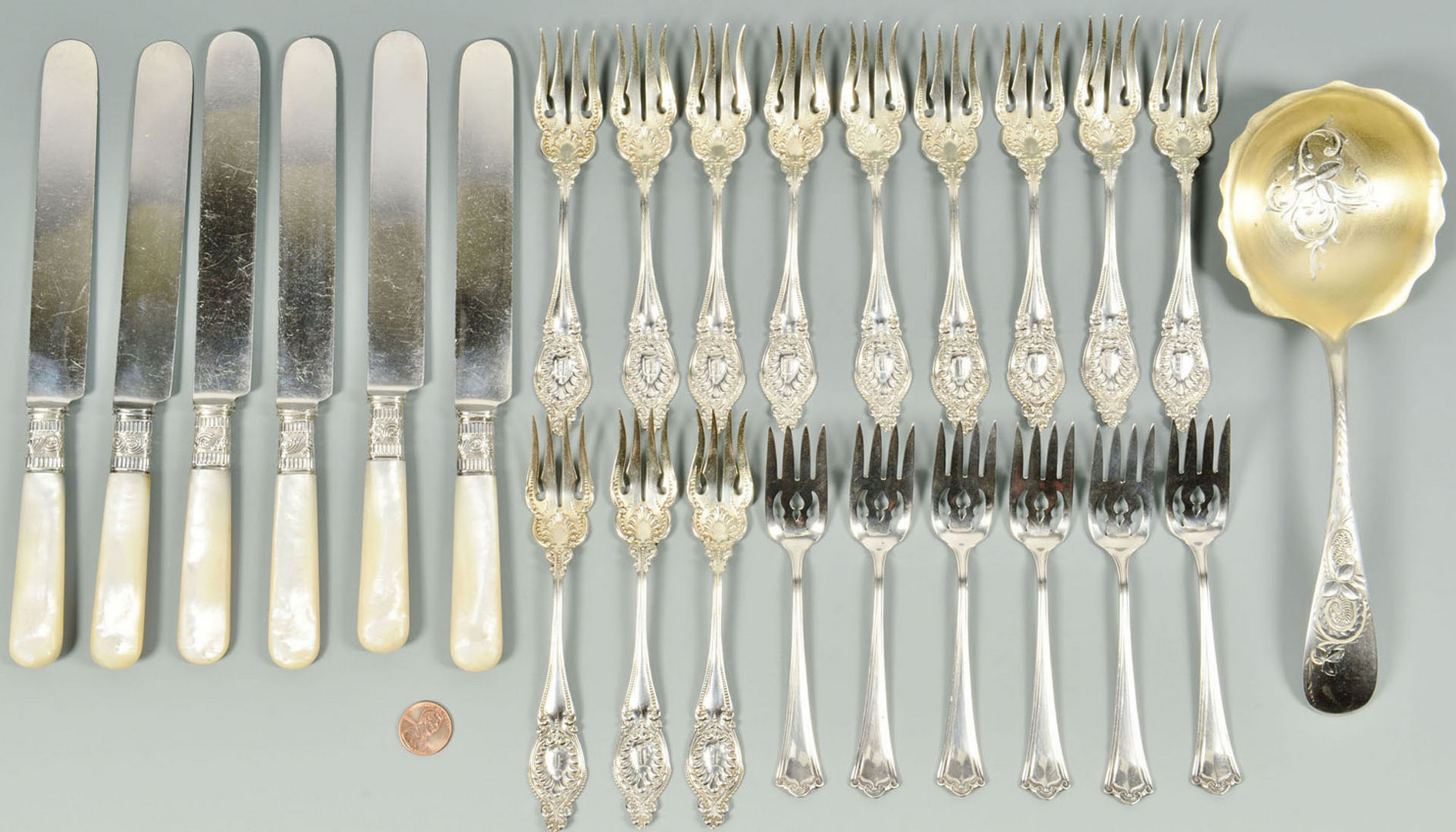Lot 481: 25 pcs early sterling flatware inc. boxed dessert