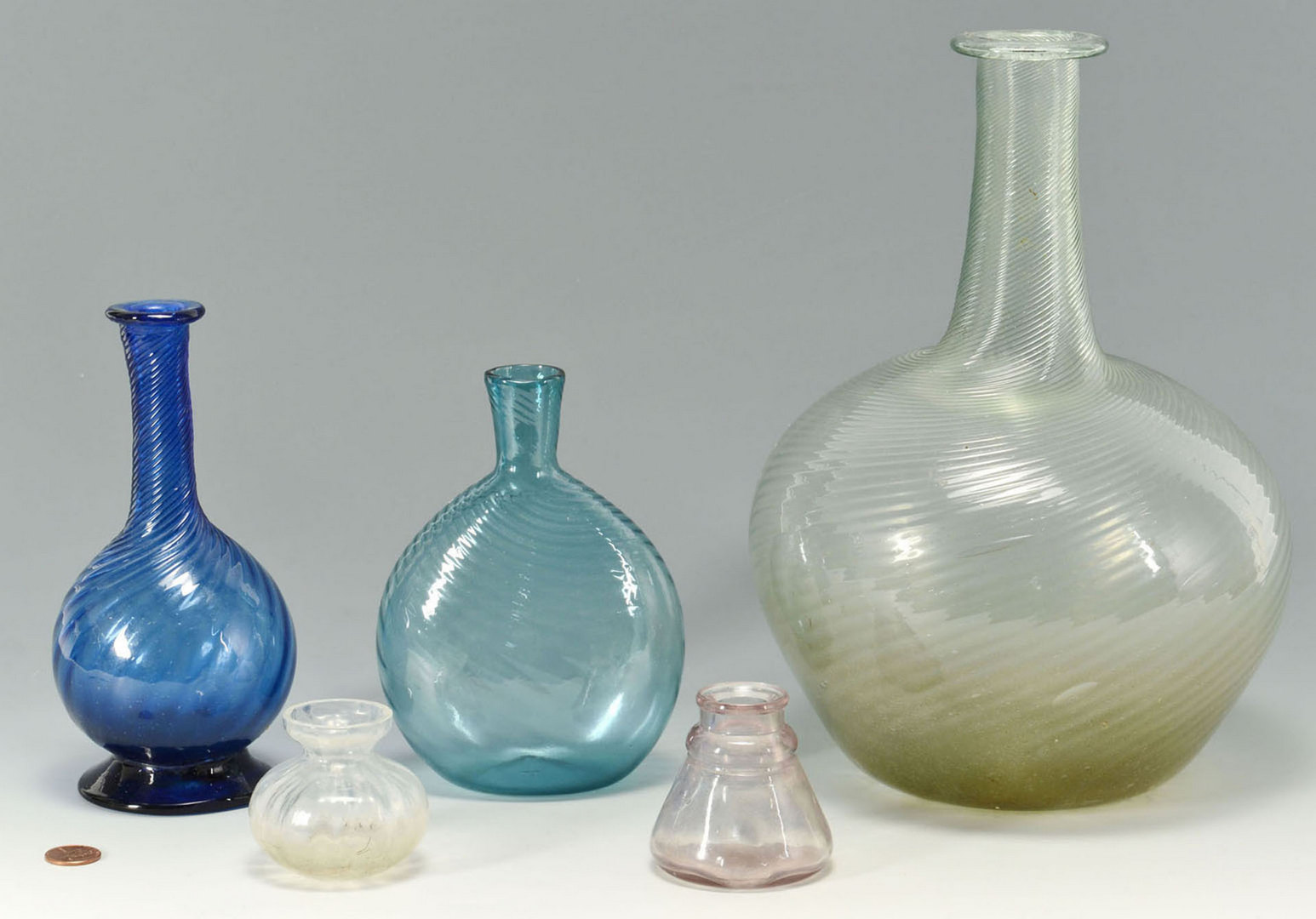 Lot 514: 5 glass items inc. 2 colored bottles, an inkwell