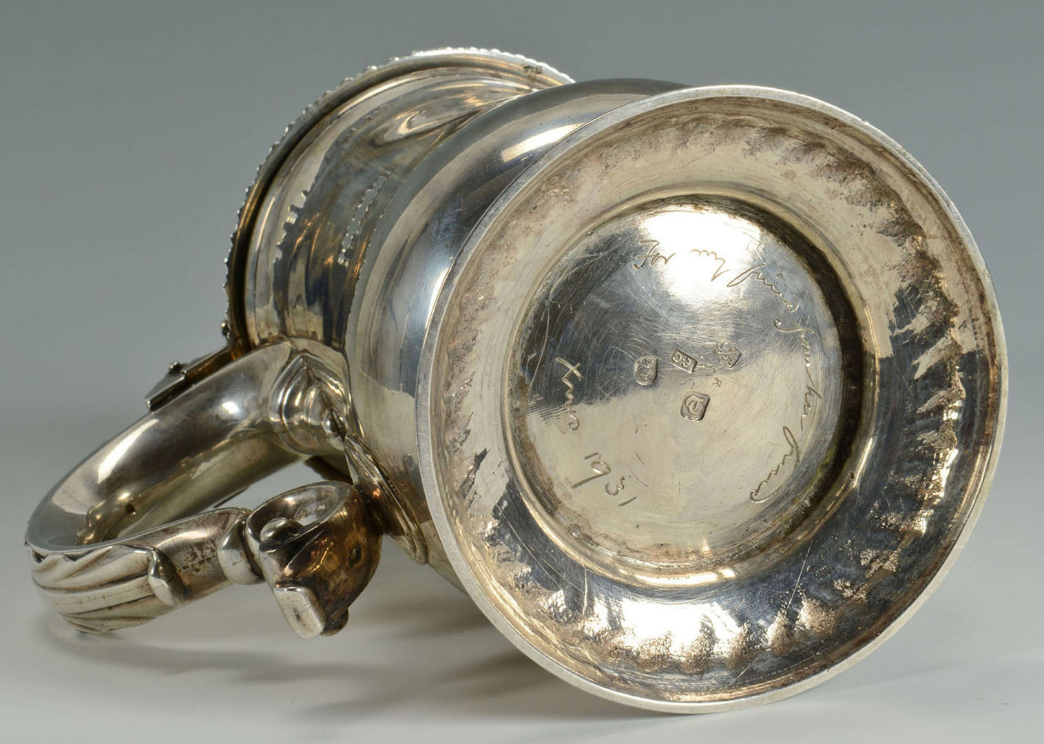 Lot 73: George III sterling tankard with armorial crest