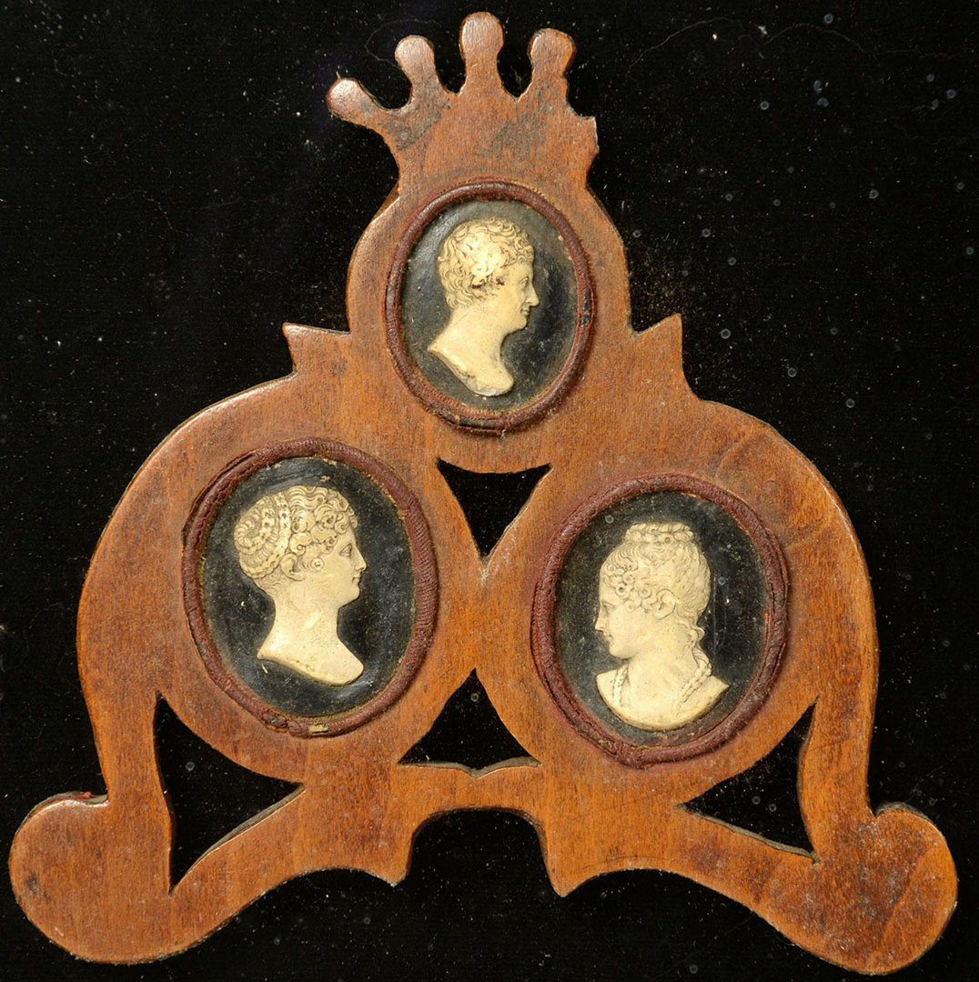 Lot 86: Plaque with 3 ivory cameos, 19th century