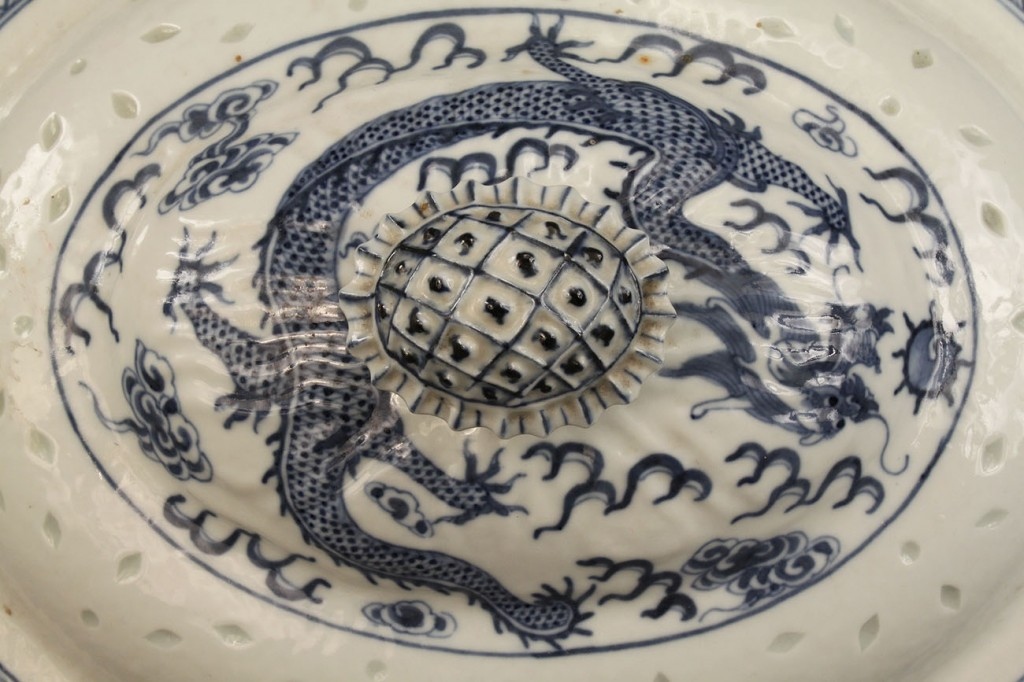 Lot 128: Blue & White Chinese export tureen, 19th century