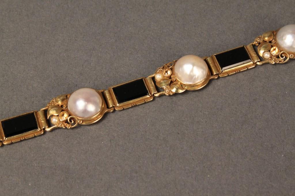 Lot 236: Gold Pearl & Onyx Bracelet & Earring Set