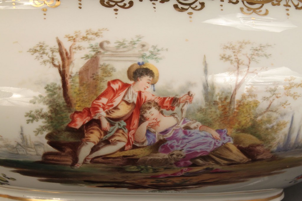 Lot 503: Porcelain tureen with cherub finial, Meissen style