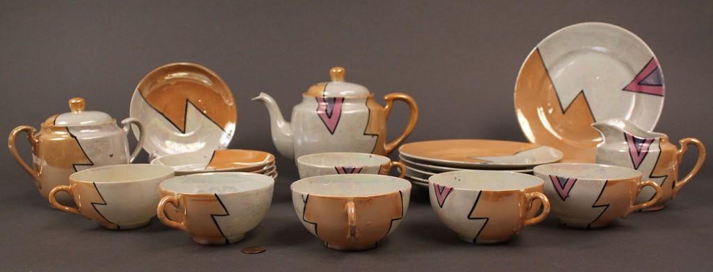 Lot 520: Japanese Art Deco Porcelain Service, 21 pieces