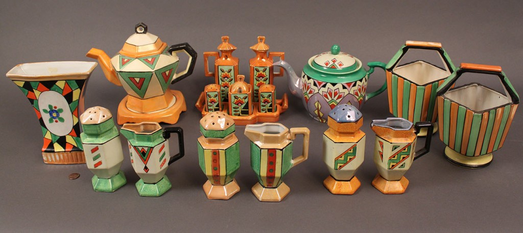 Lot 524: Japanese Art Deco Porcelain Service, 18 pieces