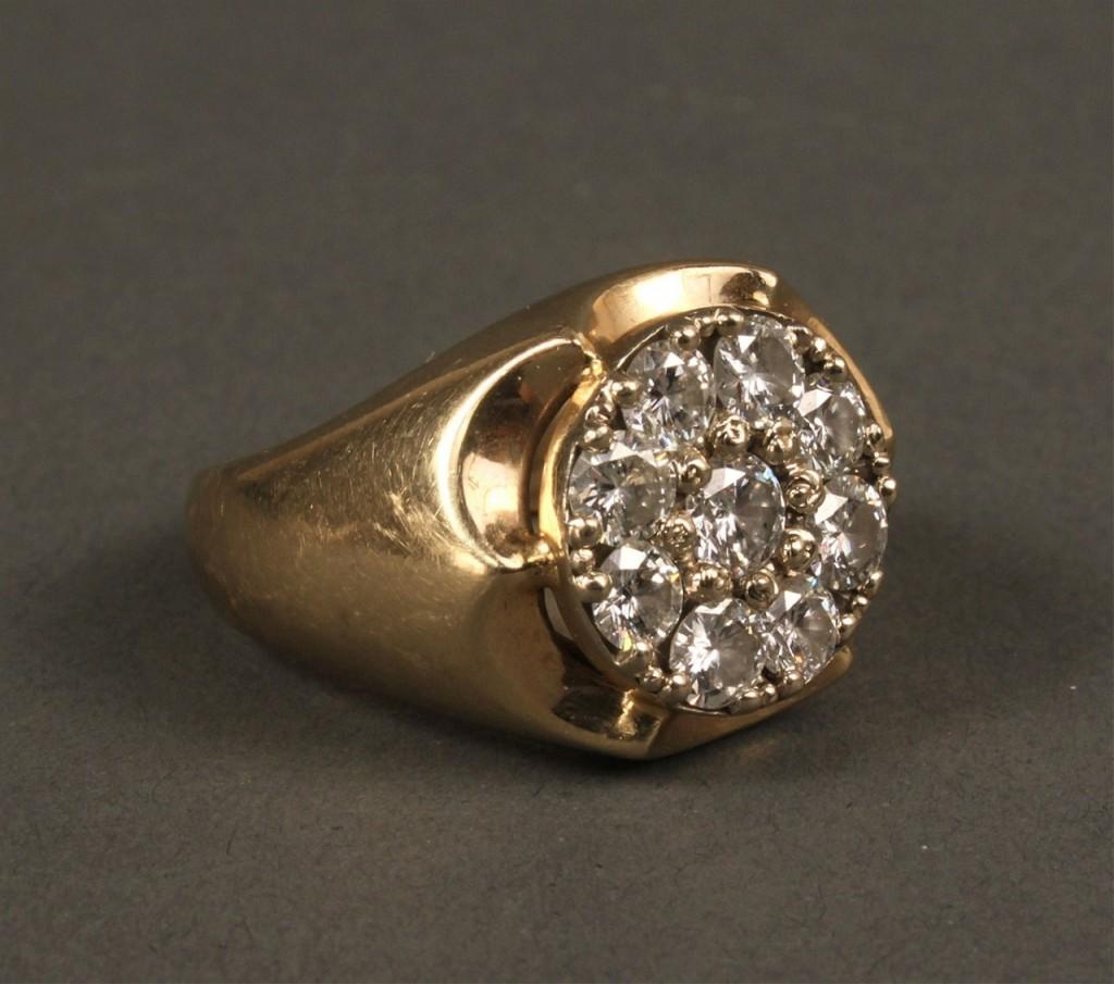 Lot 399: 14K Diamond Circle Cluster Ring